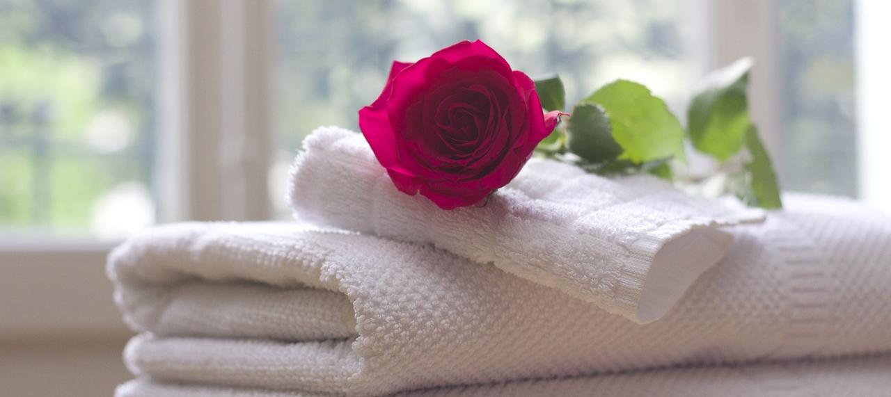serviette balcnhe décoré d'une rose
