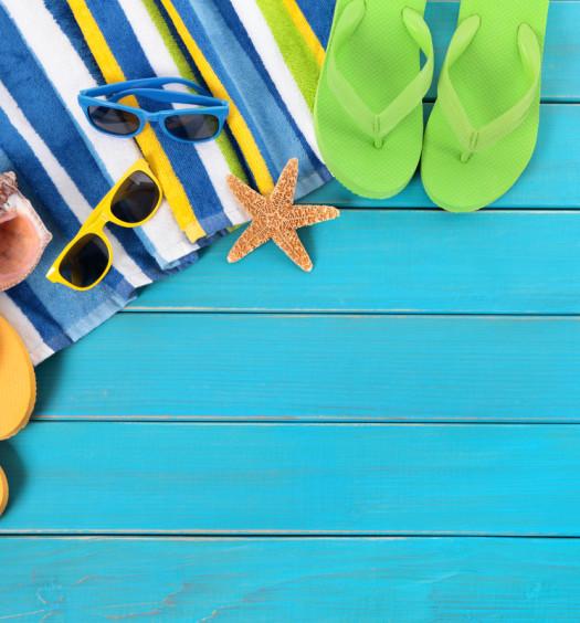Equipement de vacances avec lunettes de soleil