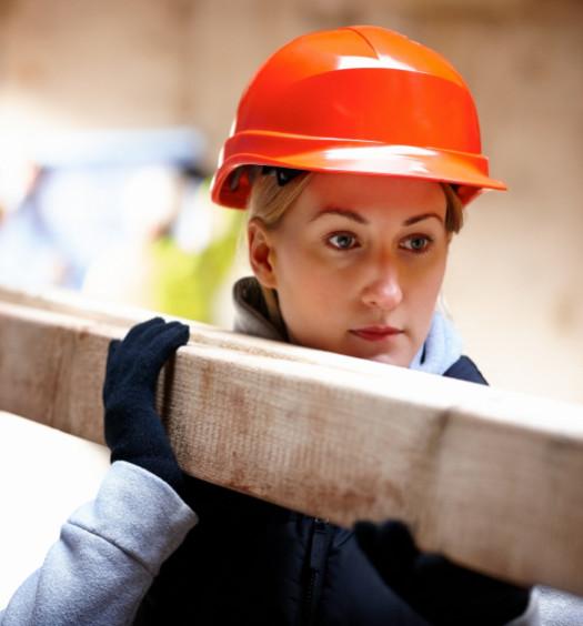 Ouvrier portant une poutre