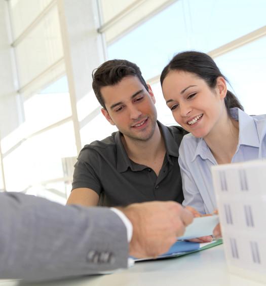 Couple dans une agence immobilière