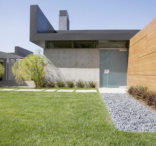 Construction en béton et bois avec jardin
