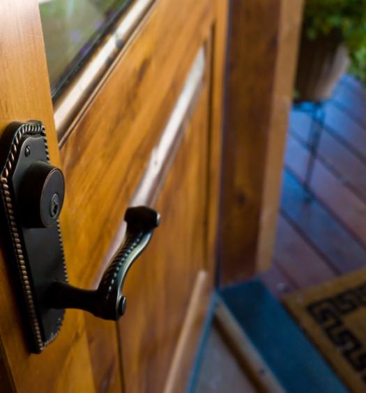 Porte en bois ouverte sur l'extérieure