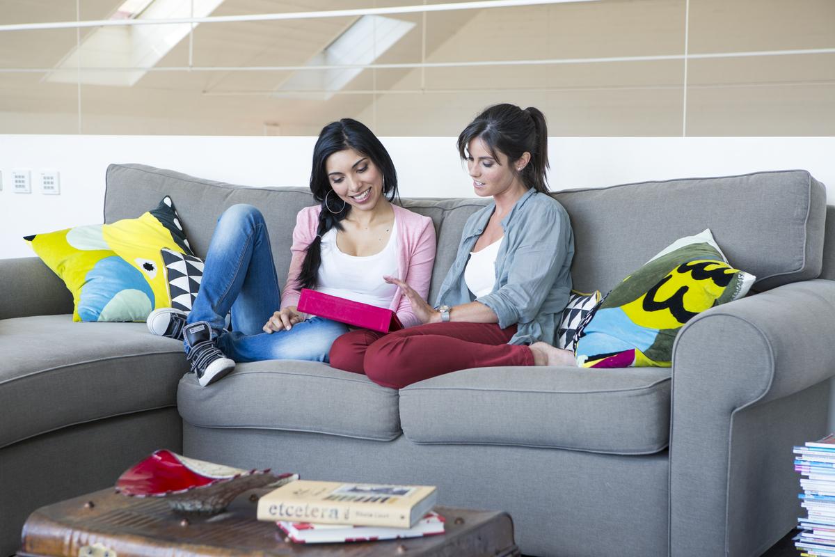 Femmes utilisant une tablette