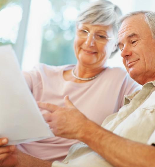 Couple senior lisant des documents