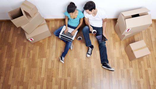 Couple assis qui déménage