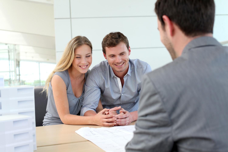 Couple chez un agent immobilier