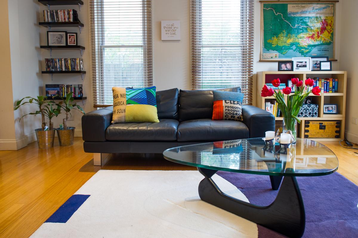 Salon avec décoration colorée