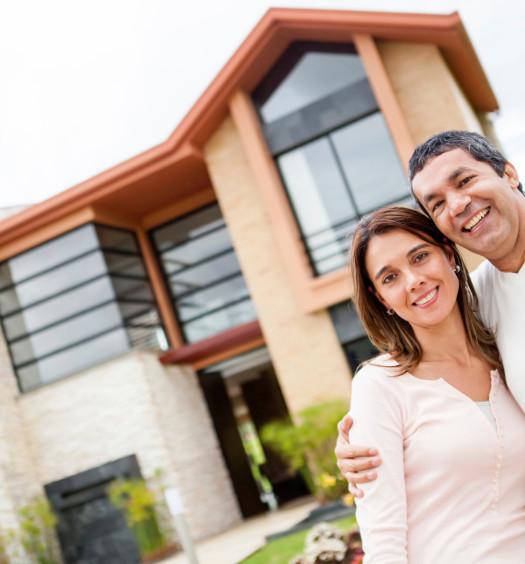 Couple qui pose devant leur maison