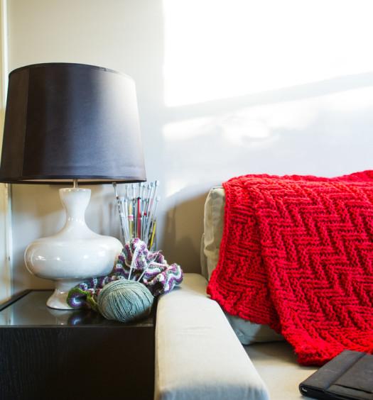 Salon avec plaid rouge