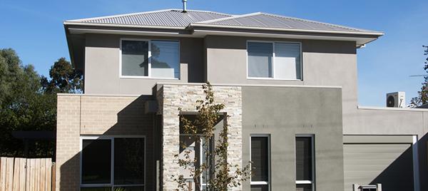 Maison grise avec étage