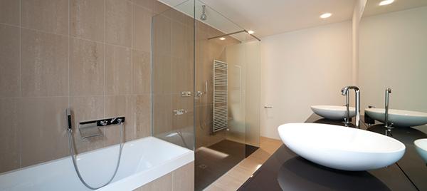 salle avec bain et douche