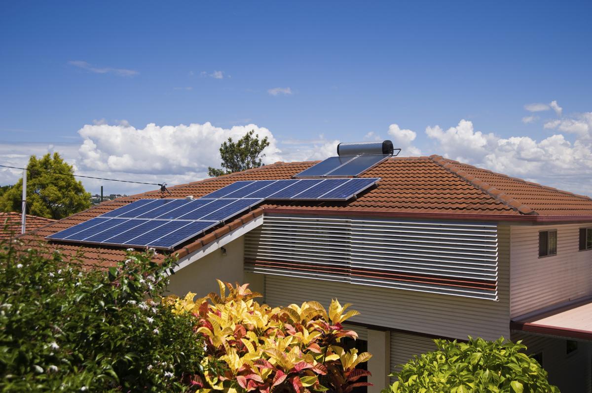 Toit de maison avec panneau solaire