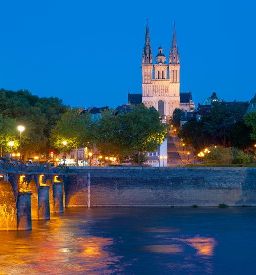 Vue sur Angers la nuit