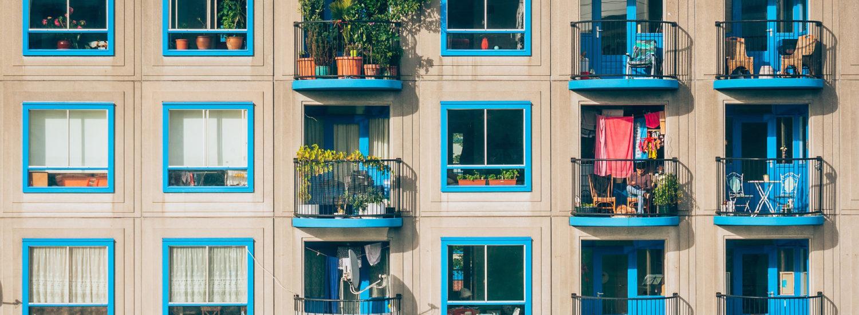 Façade d'immeuble aux volets bleus