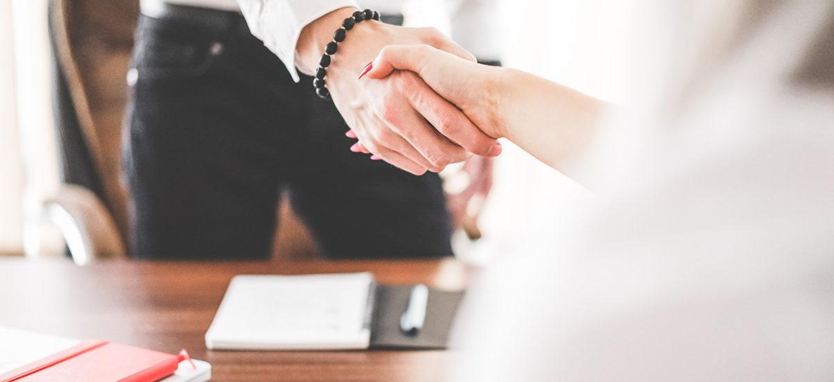 Poignée de main entre deux personnes