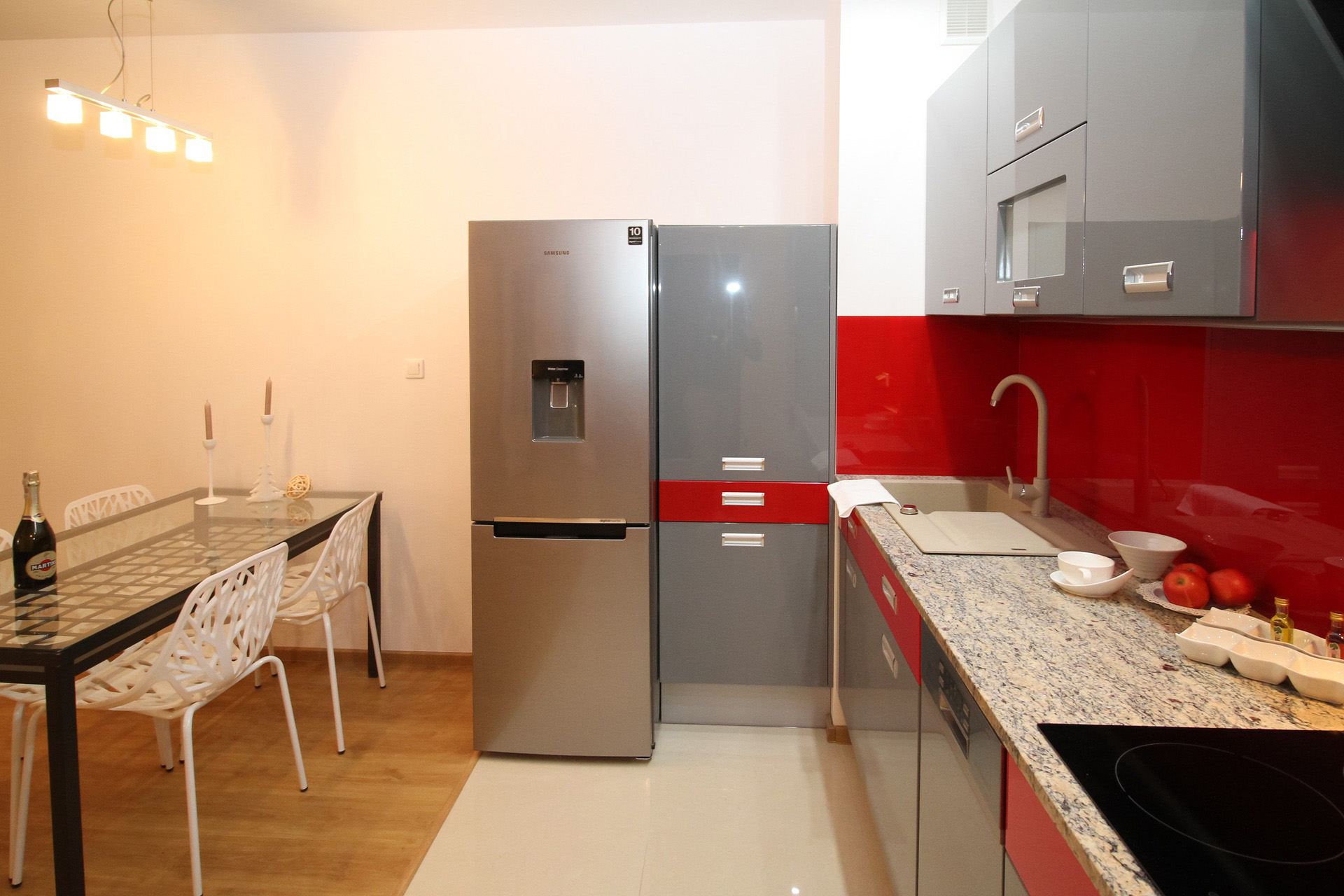 Petite cuisine ouverte aux murs rouge