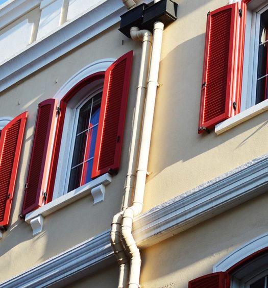 Fcade de maison avec volets rouges